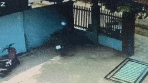 Clip: Kinh hoàng cảnh 2 đối tượng phá cổng sắt vào sân trộm xe máy giữa ban ngày, cách chúng tấn công khi bị chủ nhà phát hiện khiến ai nấy thất kinh