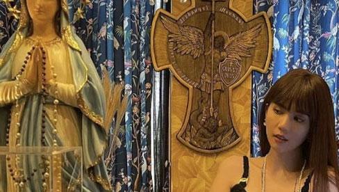 Ngọc Trinh bị chỉ trích vì diện đầm cắt xẻ táo bạo, tạo dáng