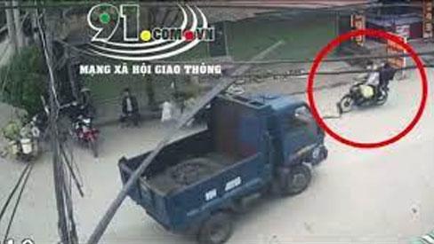 Clip: Hy hữu nam thanh niên đi xe máy bị thanh sắt trên xe tải rơi trúng đầu