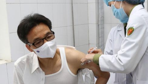 Phó Thủ tướng Vũ Đức Đam tiêm thử nghiệm vắc xin Covid-19 của Việt Nam