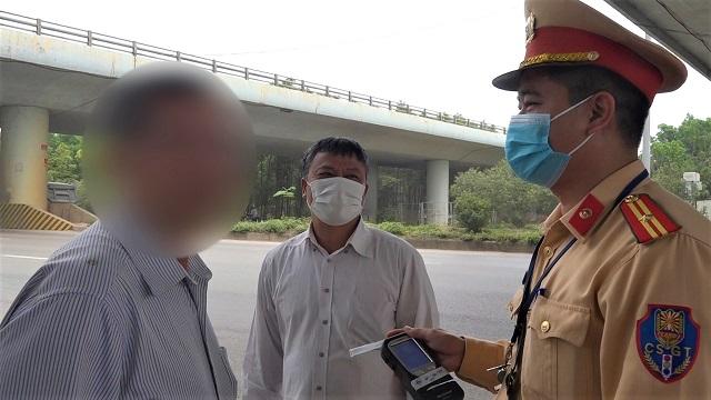 Bị phát hiện vi phạm nồng độ cồn người đàn ông đòi 'biếu' xe cho CSGT