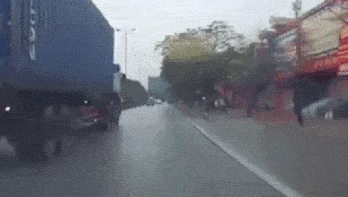 2 thanh niên chạy xe tốc độ cao, chui gầm container và cảnh tượng