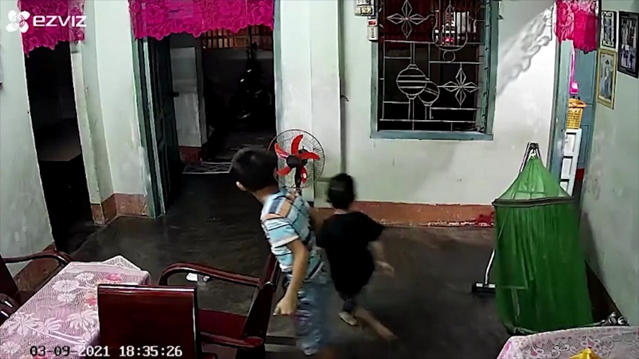 Hai cậu bé xóa 'dấu vết tội lỗi' khi bố về