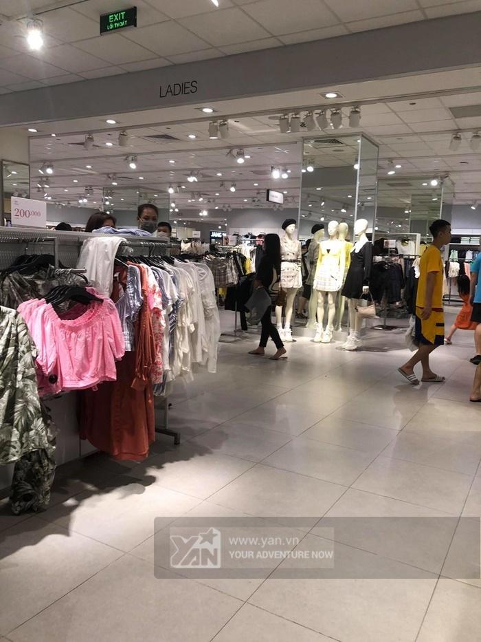 Hà Nội: H&M thưa khách dịp cuối tuần sau sự cố truyền thông-3