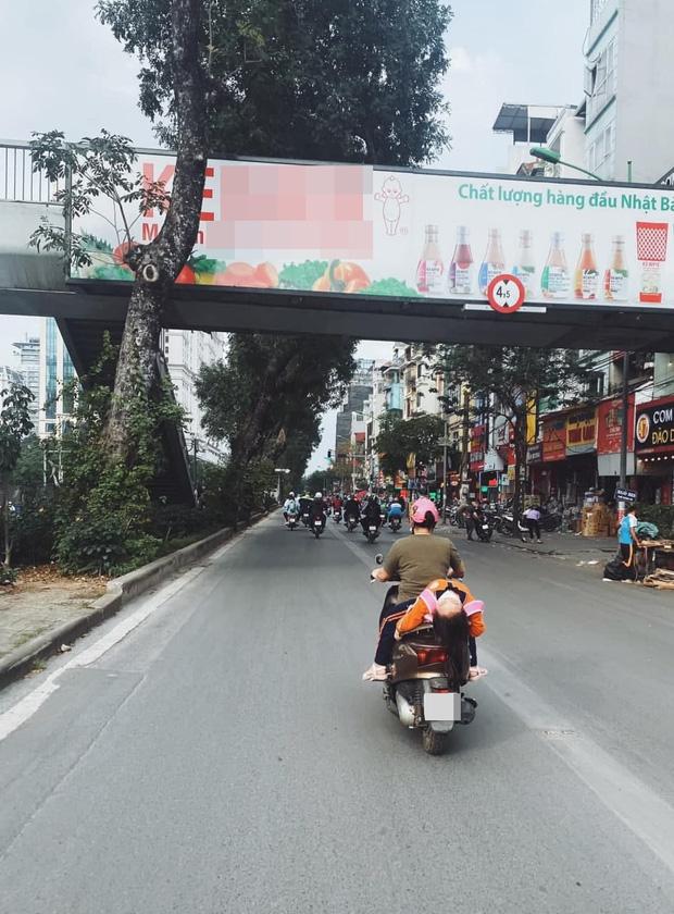Hình ảnh bé gái ngủ gục, nằm hẳn ra yên xe máy trên phố Hà Nội khiến ai cũng phải thót tim-1