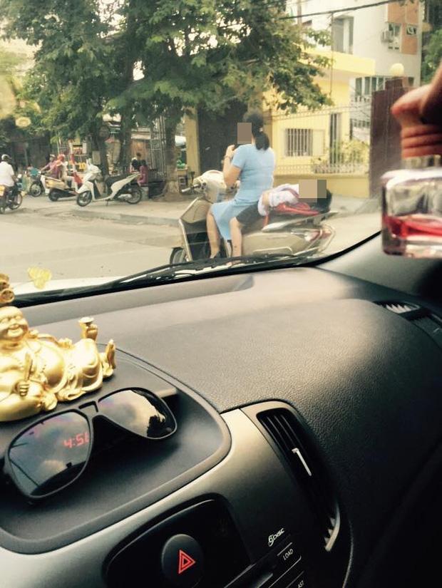 Hình ảnh bé gái ngủ gục, nằm hẳn ra yên xe máy trên phố Hà Nội khiến ai cũng phải thót tim-2