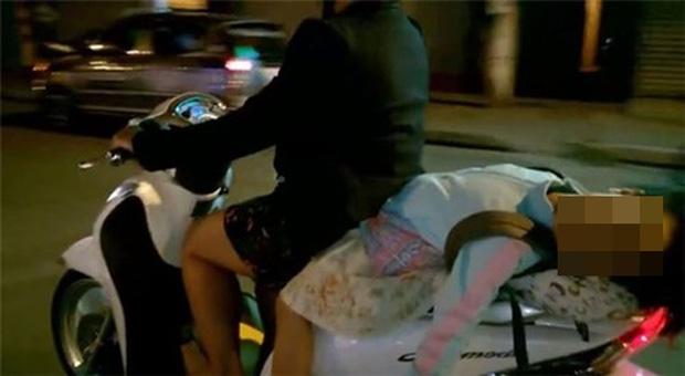 Hình ảnh bé gái ngủ gục, nằm hẳn ra yên xe máy trên phố Hà Nội khiến ai cũng phải thót tim-3