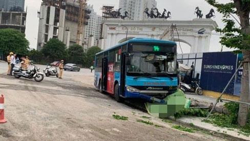 Hà Nội: Xe buýt lao lên vỉa hè đâm tử vong nam thanh niên đang đi bộ