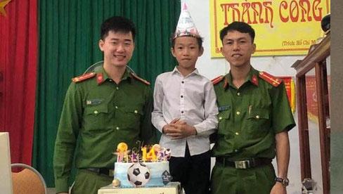 Cậu bé bất ngờ được tổ chức sinh nhật khi đi làm CCCD gây sốt MXH và câu chuyện phía sau khiến nhiều người nghẹn ngào