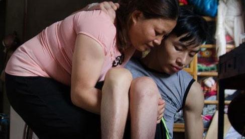 Cảm động chuyện tình chồng bị bại liệt, vợ tảo tần