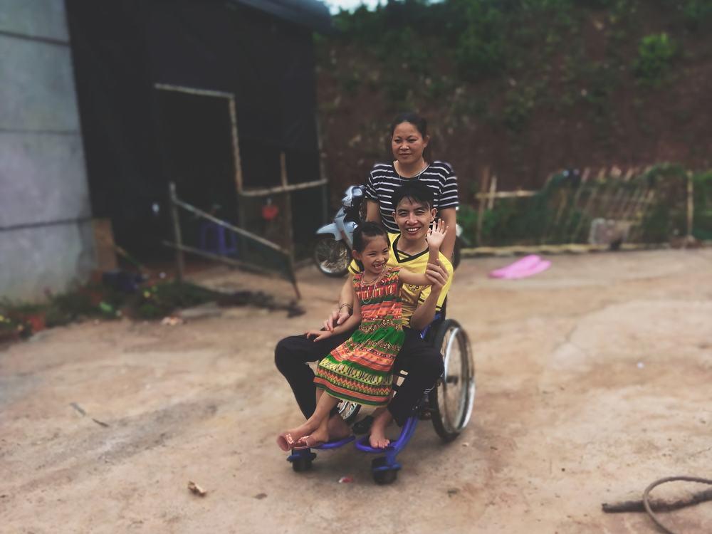 Cảm động chuyện tình chồng bị bại liệt, vợ tảo tần gánh suốt 4 năm-4