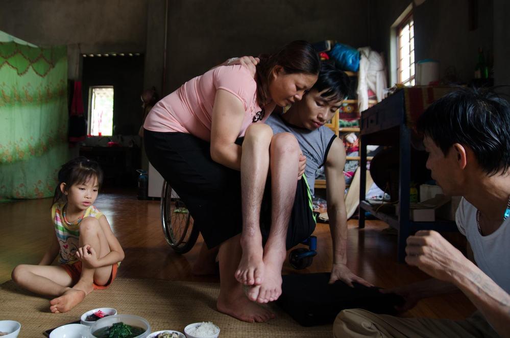 Cảm động chuyện tình chồng bị bại liệt, vợ tảo tần gánh suốt 4 năm-3