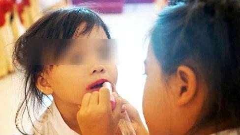 Cho trẻ đánh phấn son, sơn móng tay: Nguy cơ rối loạn nội tiết, dậy thì sớm, thậm chí là ung thư
