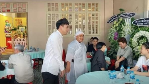 Hồ Quang Hiếu gây tranh cãi vì cười tươi trong đám tang ba Hiếu Hiền-2