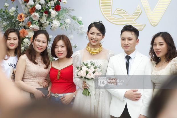 Đám cưới Phan Mạnh Quỳnh tại Nghệ An: Cô dâu đeo vàng siêu nhiều và tình tứ bên chú rể gây sốt, tiệc cưới khủng náo loạn cả làng quê!-1