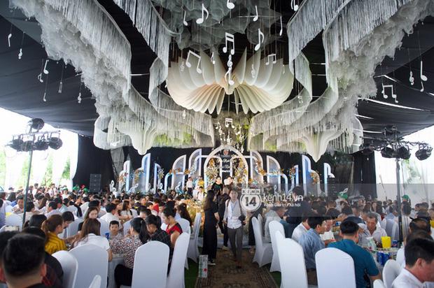 Đám cưới Phan Mạnh Quỳnh tại Nghệ An: Cô dâu đeo vàng siêu nhiều và tình tứ bên chú rể gây sốt, tiệc cưới khủng náo loạn cả làng quê!-10