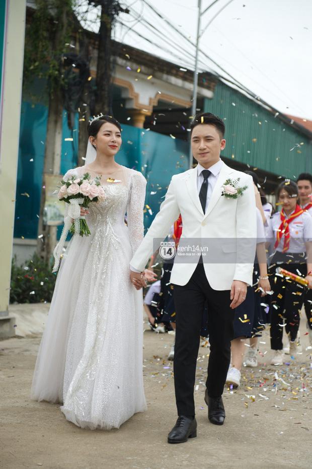 Đám cưới Phan Mạnh Quỳnh tại Nghệ An: Cô dâu đeo vàng siêu nhiều và tình tứ bên chú rể gây sốt, tiệc cưới khủng náo loạn cả làng quê!-13