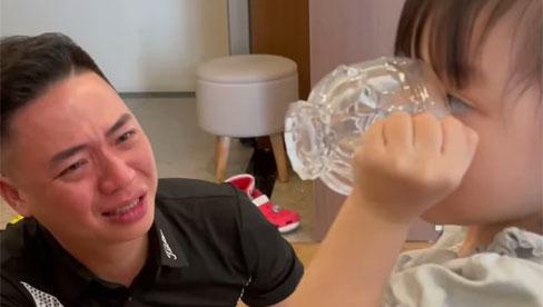 Vợ đưa con gái đi mẫu giáo, chồng khóc nức nở sợ