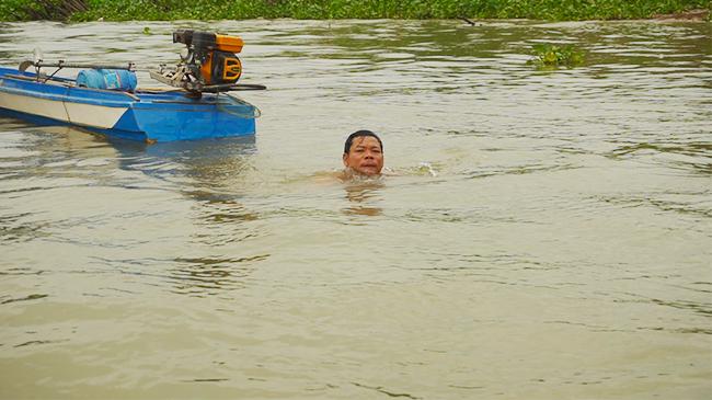 Dị nhân miền Tây lặn một hơi, dùng tay không bắt vài kg cá