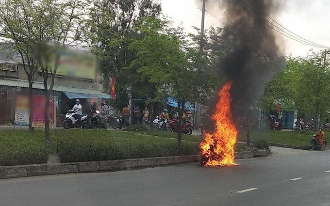 TP.HCM: Xe máy đang đi bỗng cháy dữ dội, chủ xe khóc nức nở-1