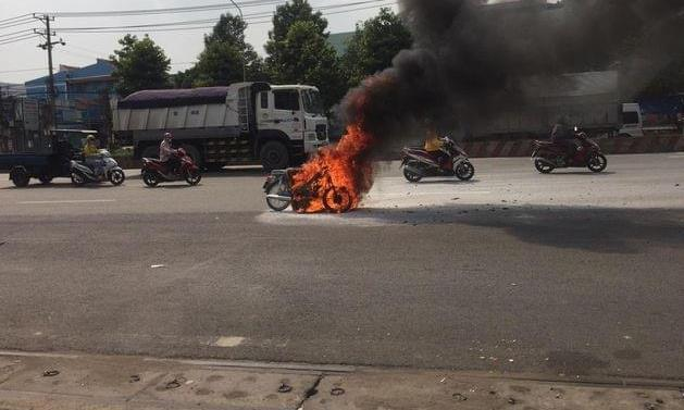 TP.HCM: Xe máy đang đi bỗng cháy dữ dội, chủ xe khóc nức nở-3