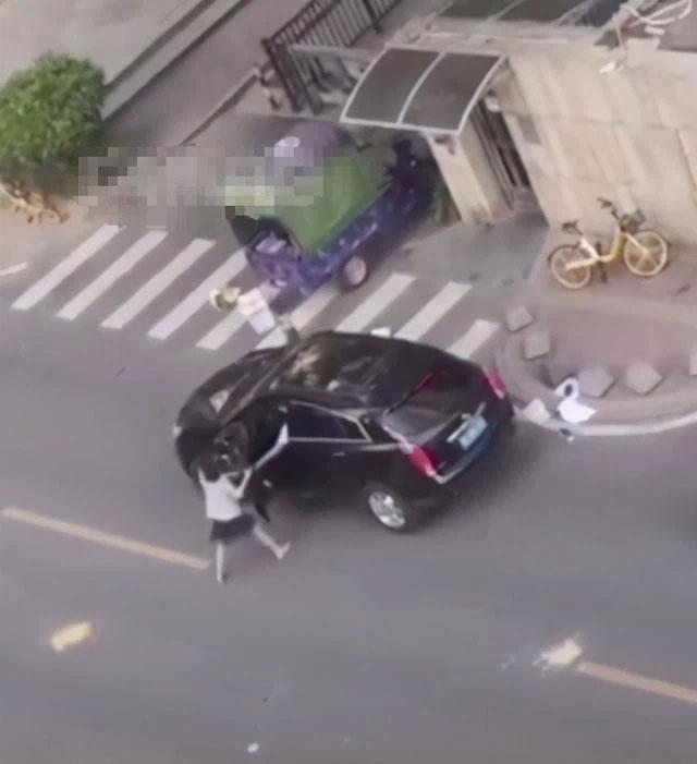 Chính thất chặn xe, náo loạn cả góc phố để bóc phốt chồng ngoại tình, hành động của người chồng khiến ai cũng chạnh lòng-1