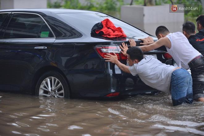 """Ảnh: Đường vào chung cư ở Hà Nội ngập trong biển nước"""", hàng chục xe ô tô mắc kẹt chờ được giải cứu""""-10"""