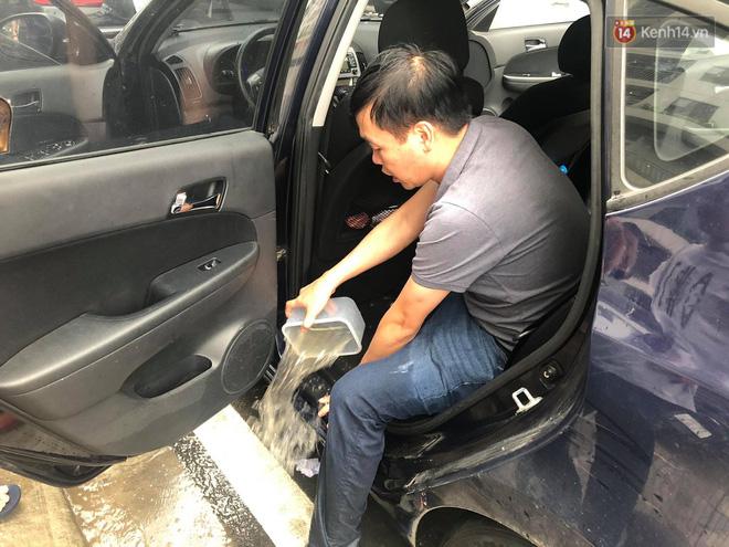 """Ảnh: Đường vào chung cư ở Hà Nội ngập trong biển nước"""", hàng chục xe ô tô mắc kẹt chờ được giải cứu""""-11"""