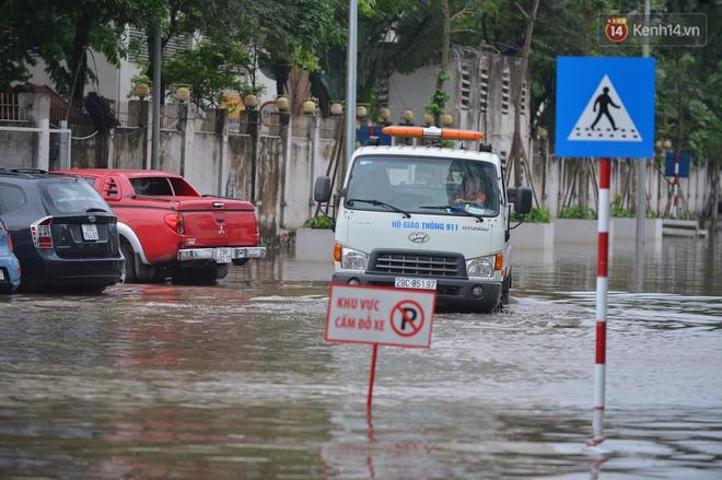"""Ảnh: Đường vào chung cư ở Hà Nội ngập trong biển nước"""", hàng chục xe ô tô mắc kẹt chờ được giải cứu""""-15"""