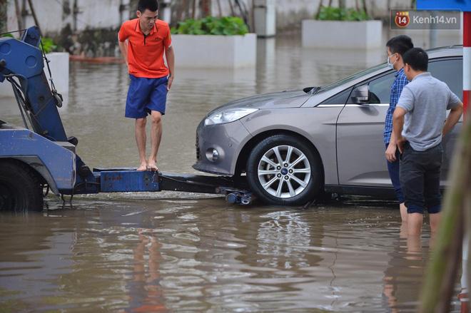 """Ảnh: Đường vào chung cư ở Hà Nội ngập trong biển nước"""", hàng chục xe ô tô mắc kẹt chờ được giải cứu""""-16"""