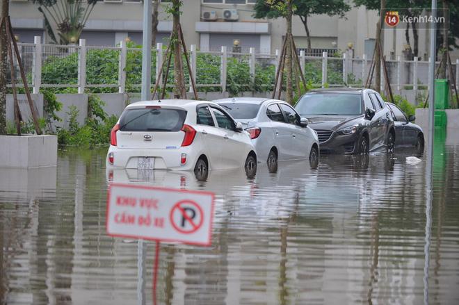 """Ảnh: Đường vào chung cư ở Hà Nội ngập trong biển nước"""", hàng chục xe ô tô mắc kẹt chờ được giải cứu""""-2"""
