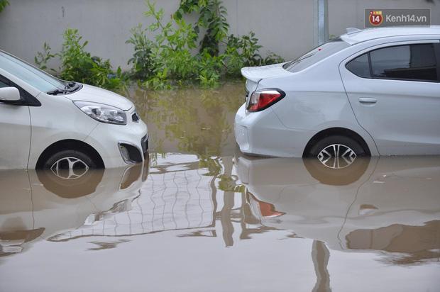 """Ảnh: Đường vào chung cư ở Hà Nội ngập trong biển nước"""", hàng chục xe ô tô mắc kẹt chờ được giải cứu""""-3"""