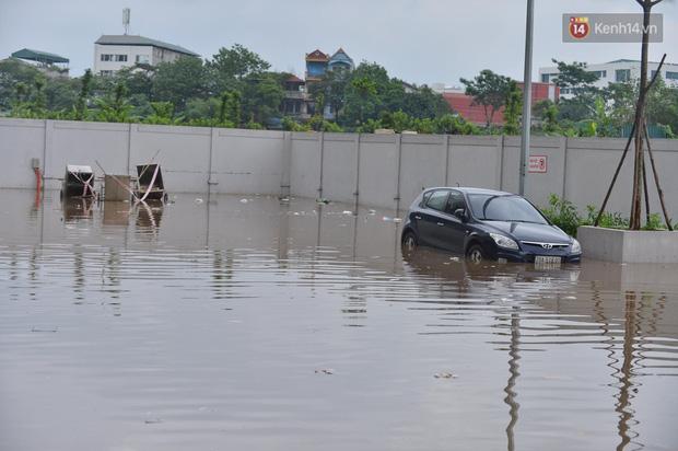 """Ảnh: Đường vào chung cư ở Hà Nội ngập trong biển nước"""", hàng chục xe ô tô mắc kẹt chờ được giải cứu""""-4"""