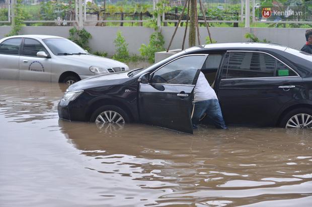 """Ảnh: Đường vào chung cư ở Hà Nội ngập trong biển nước"""", hàng chục xe ô tô mắc kẹt chờ được giải cứu""""-5"""