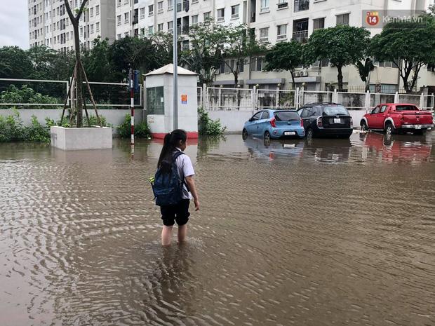 """Ảnh: Đường vào chung cư ở Hà Nội ngập trong biển nước"""", hàng chục xe ô tô mắc kẹt chờ được giải cứu""""-6"""