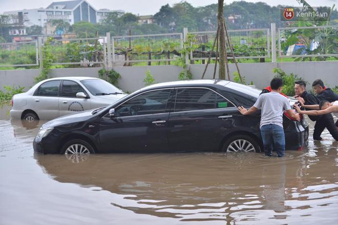 """Ảnh: Đường vào chung cư ở Hà Nội ngập trong biển nước"""", hàng chục xe ô tô mắc kẹt chờ được giải cứu""""-8"""