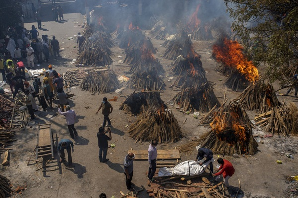 Chết khổ, sống càng khổ: Mùi đốt xác ám vào da thịt - Dân Ấn Độ sợ lây COVID, không dám cả bật quạt-2