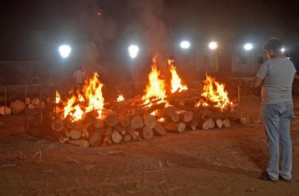 Chết khổ, sống càng khổ: Mùi đốt xác ám vào da thịt - Dân Ấn Độ sợ lây COVID, không dám cả bật quạt-3