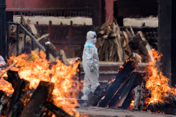 Chết khổ, sống càng khổ: Mùi đốt xác ám vào da thịt - Dân Ấn Độ sợ lây COVID, không dám cả bật quạt-4