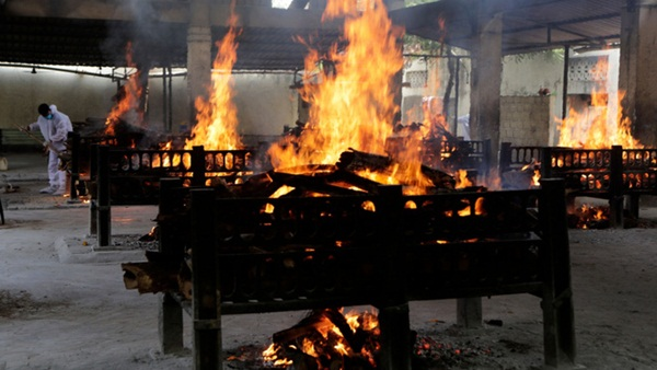 Chết khổ, sống càng khổ: Mùi đốt xác ám vào da thịt - Dân Ấn Độ sợ lây COVID, không dám cả bật quạt-5