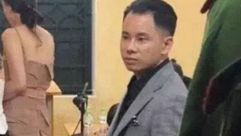 Xôn xao hình ảnh 1 nam ca sĩ Vbiz có mặt tại trụ sở công an sau khi biểu diễn ở quán bar?