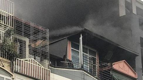 Hà Nội: Cháy nhà hàng Nét Huế trên phố Thái Hà, người dân nháo nhào bỏ chạy, giao thông ùn tắc nghiêm trọng