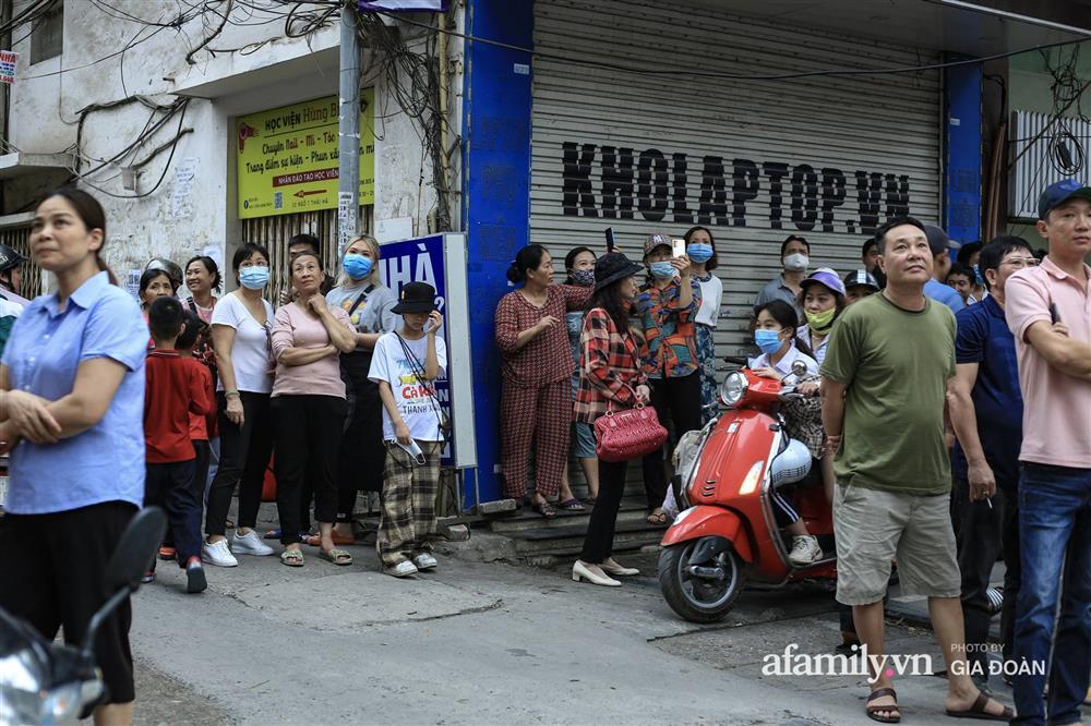 Hà Nội: Cháy nhà hàng Nét Huế trên phố Thái Hà, người dân nháo nhào bỏ chạy, giao thông ùn tắc nghiêm trọng-10