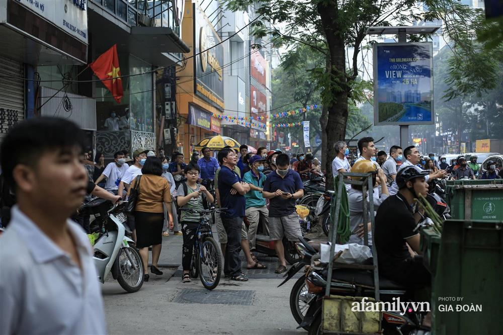 Hà Nội: Cháy nhà hàng Nét Huế trên phố Thái Hà, người dân nháo nhào bỏ chạy, giao thông ùn tắc nghiêm trọng-2