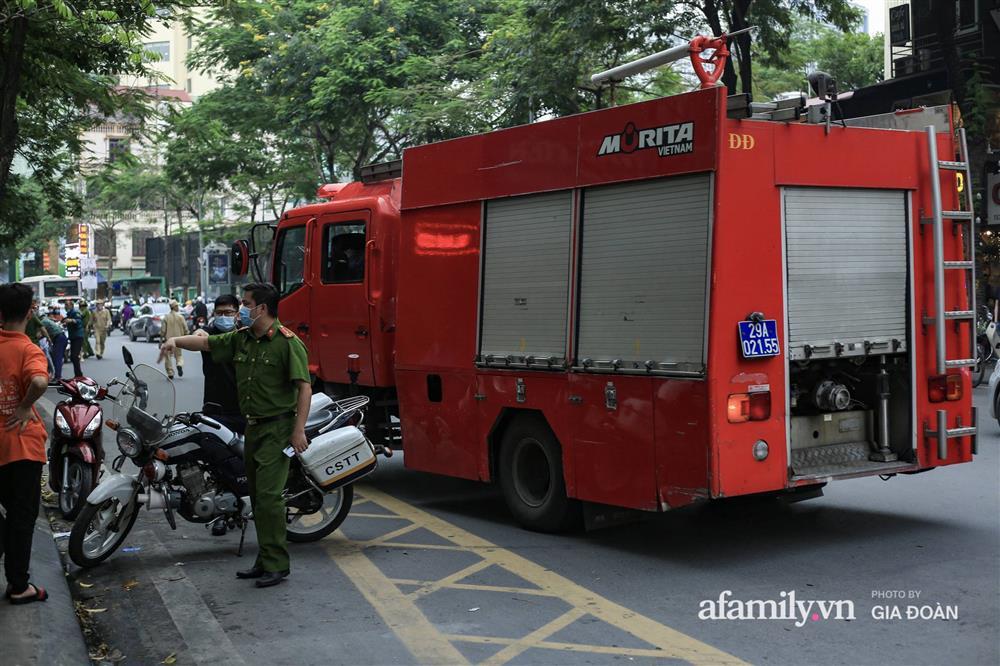 Hà Nội: Cháy nhà hàng Nét Huế trên phố Thái Hà, người dân nháo nhào bỏ chạy, giao thông ùn tắc nghiêm trọng-4