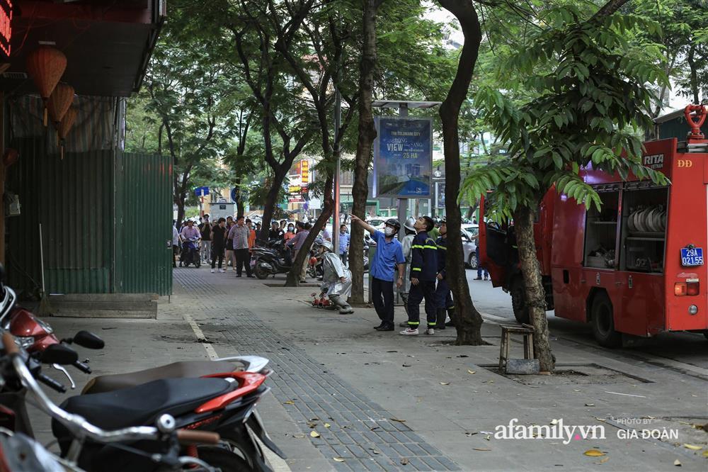 Hà Nội: Cháy nhà hàng Nét Huế trên phố Thái Hà, người dân nháo nhào bỏ chạy, giao thông ùn tắc nghiêm trọng-5
