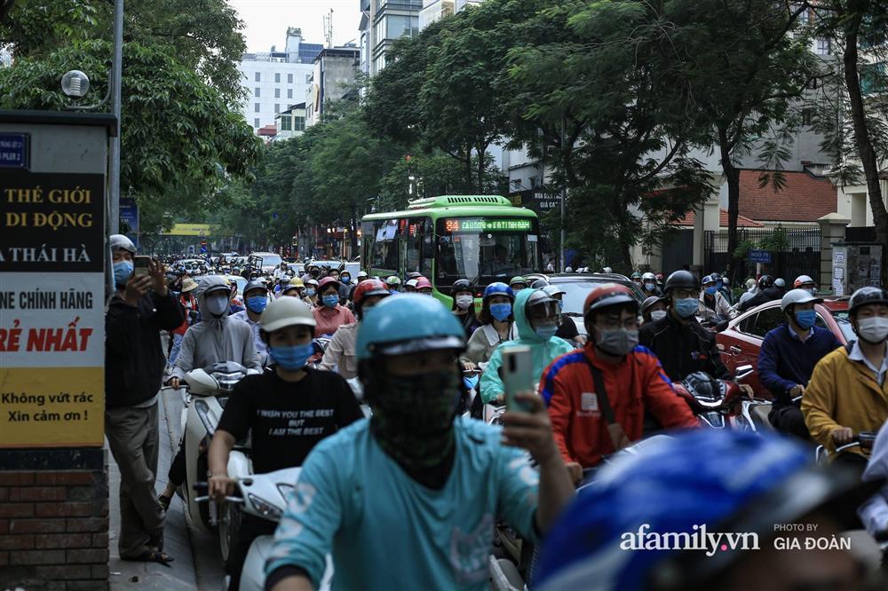 Hà Nội: Cháy nhà hàng Nét Huế trên phố Thái Hà, người dân nháo nhào bỏ chạy, giao thông ùn tắc nghiêm trọng-7