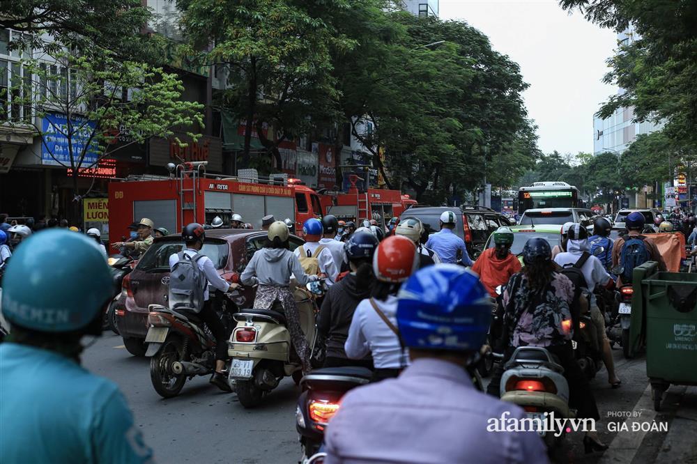 Hà Nội: Cháy nhà hàng Nét Huế trên phố Thái Hà, người dân nháo nhào bỏ chạy, giao thông ùn tắc nghiêm trọng-8