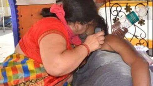 Bức ảnh vợ bất lực hồi sức cho chồng mắc Covid-19 gục chết trên xe gây chấn động Ấn Độ và loạt câu chuyện thương tâm đến xé lòng