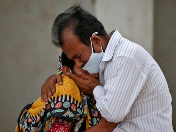 Bức ảnh vợ bất lực hồi sức cho chồng mắc Covid-19 gục chết trên xe gây chấn động Ấn Độ và loạt câu chuyện thương tâm đến xé lòng-1